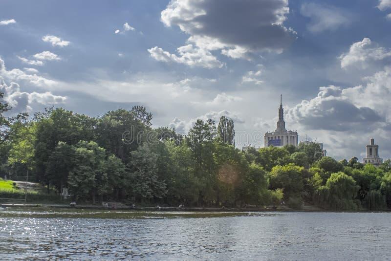 Casa Presei del lago Herastrau que construye Bucarest Rumania imágenes de archivo libres de regalías