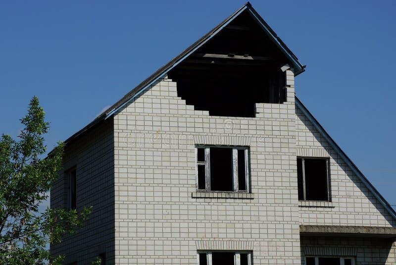 Casa privada inacabada del ladrillo gris grande con las ventanas vacías imágenes de archivo libres de regalías