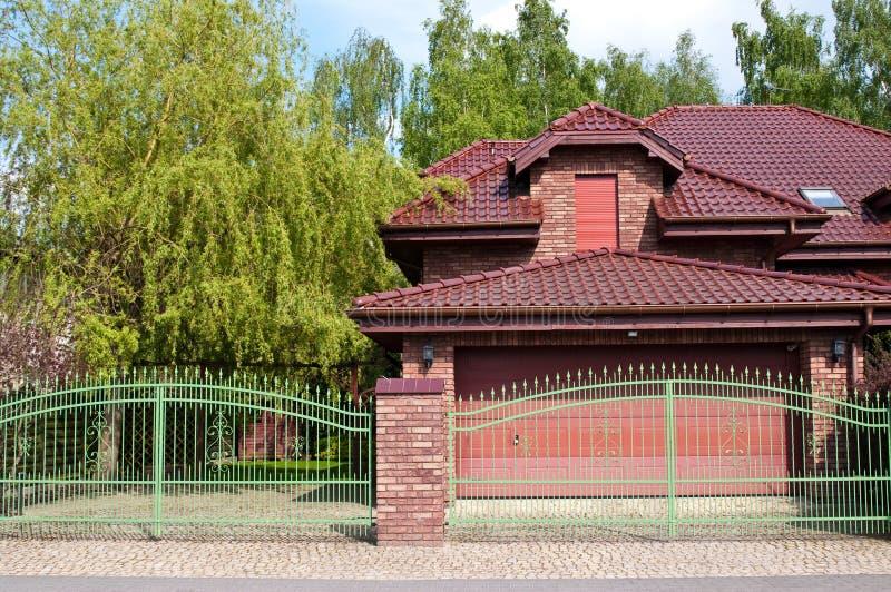 Casa privada moderna con el ladrillo rojo y la teja fotos de archivo