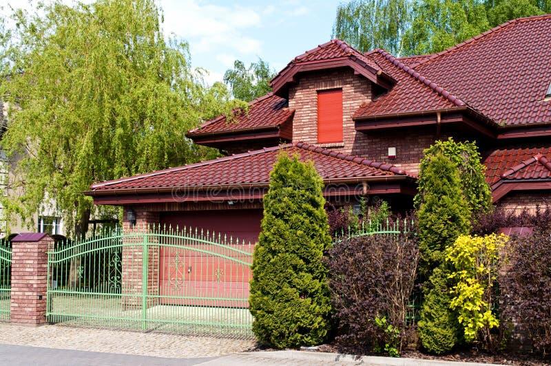 Casa privada moderna con el ladrillo rojo y la teja foto de archivo libre de regalías