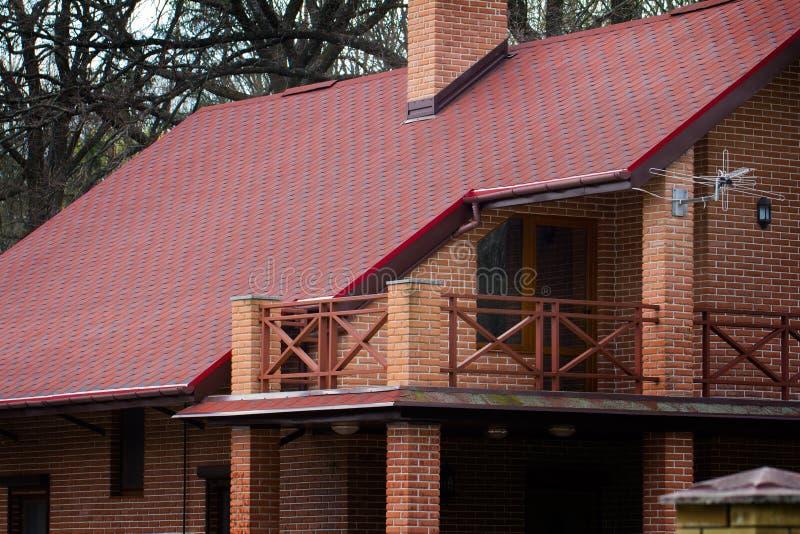 Casa privata moderna del mattone con il tetto rosso in for Tetto della casa moderna