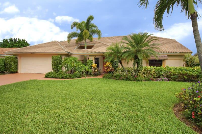 Casa pulita di stile del ranch di Florida con il foro del tetto per accomodare la palma immagine stock
