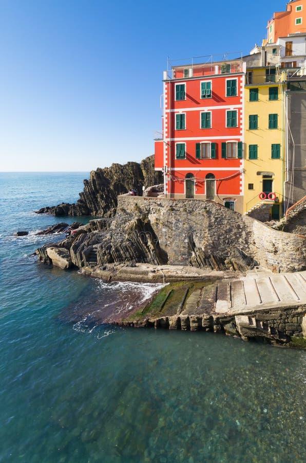 A casa que negligencia o mar verde, Riomaggiore, 5 terre, Liguria, Itália imagem de stock