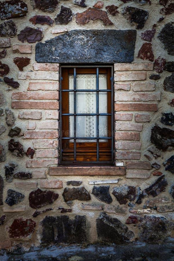 Casa rústica de la ventana con las verjas Protección contra ladrones fotos de archivo libres de regalías