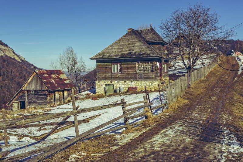 Casa rústica e pista thawed do país imagens de stock royalty free