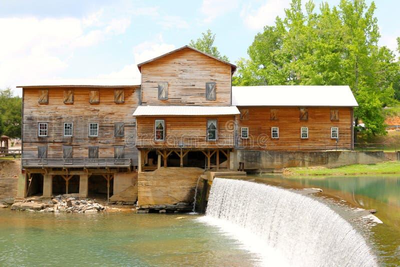 Casa rústica hermosa de la granja con caída del agua imagen de archivo libre de regalías