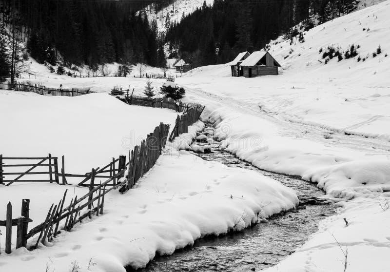 Casa rústica perto da floresta, tempo de inverno, lago vermelho, a Transilvânia, B&W fotos de stock