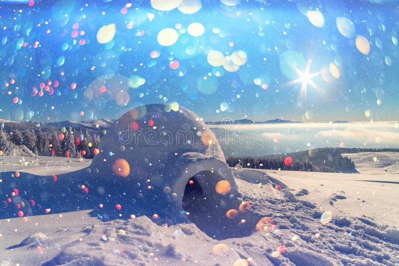 Casa real do iglu da neve nas montanhas Carpathian do inverno fotografia de stock