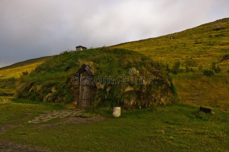 Casa reconstruída de viquingue famoso Erik a casa vermelha em Eirikstadir fotos de stock royalty free