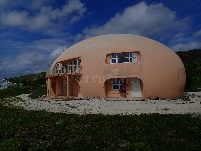 Casa redonda del huevo en el caimán Brac imagenes de archivo
