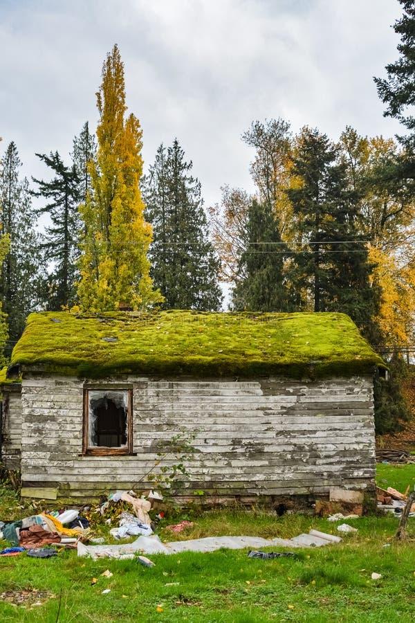 Casa residencial abandonada, arruinada antes da demolição final fotografia de stock