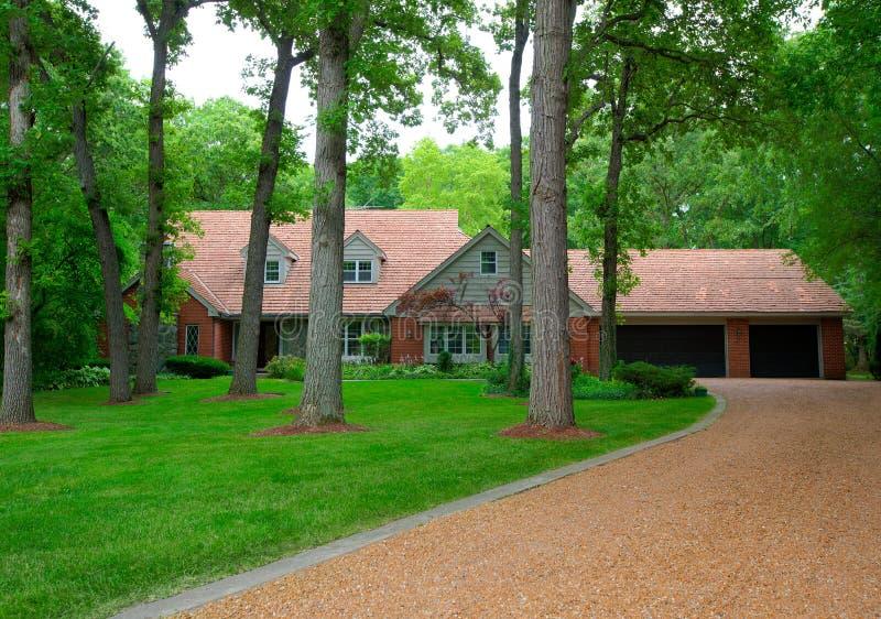 Casa residencial americana tradicional em Woodeds imagem de stock royalty free