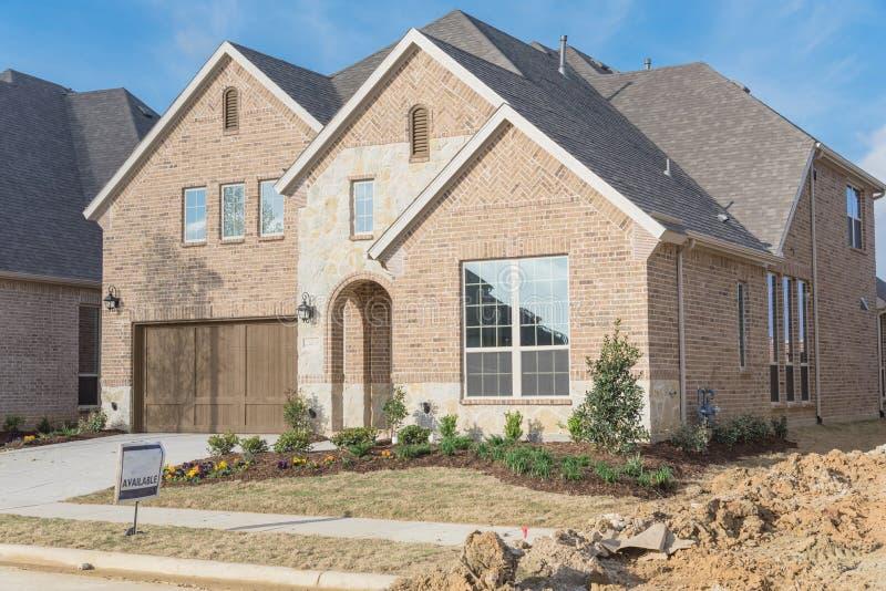 Casa residencial brandnew de duas histórias em Irving suburbano, Texas, fotografia de stock