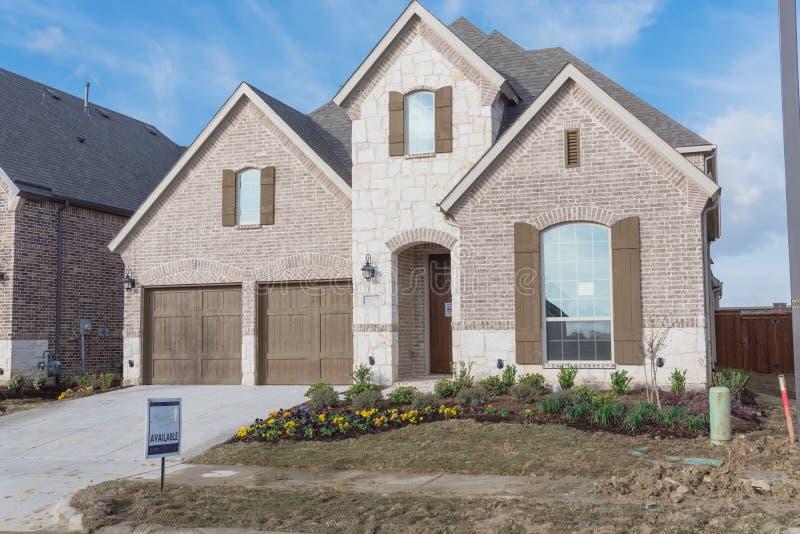 Casa residencial brandnew de duas histórias em Irving suburbano, Texas, foto de stock royalty free