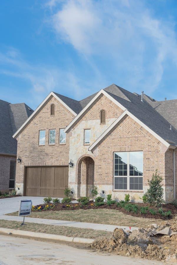 Casa residencial brandnew de duas histórias em Irving suburbano, Texas, fotografia de stock royalty free