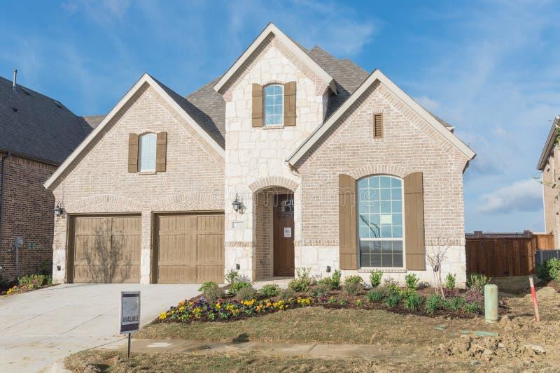 Casa residencial brandnew de duas histórias em Irving suburbano, Texas, fotos de stock
