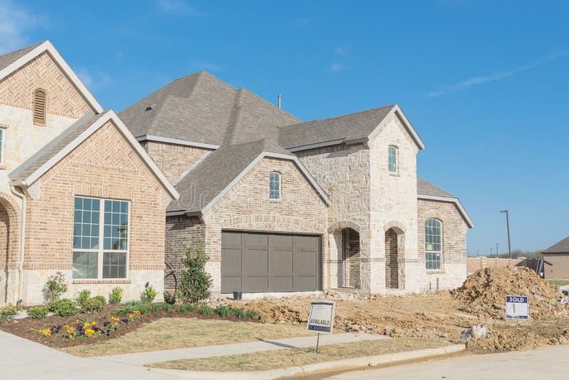 Casa residencial brandnew de duas histórias em Irving suburbano, Texas, fotos de stock royalty free