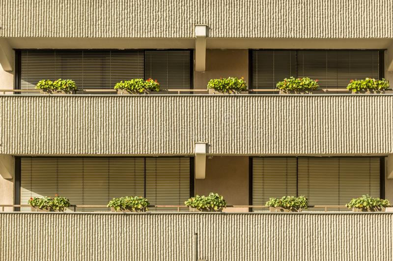 Casa residencial da fachada com as grandes janelas dos balcões e sol bl foto de stock royalty free