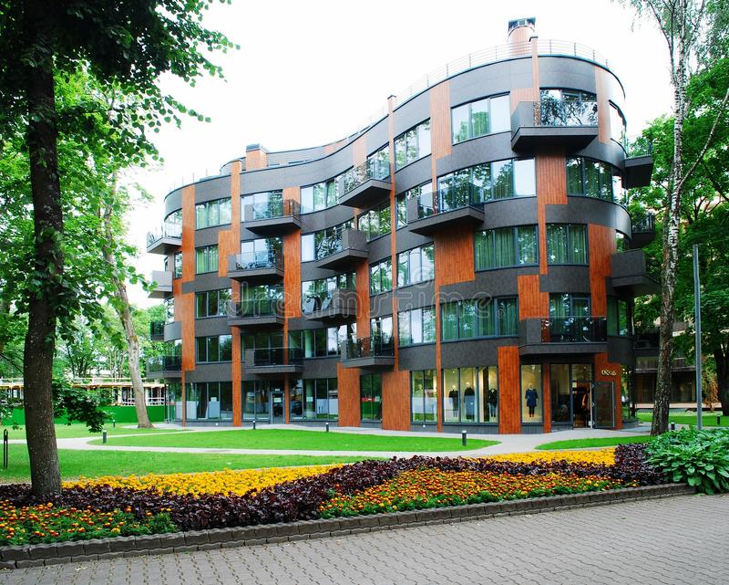 Casa residencial moderna no ambiente verde imagens de stock