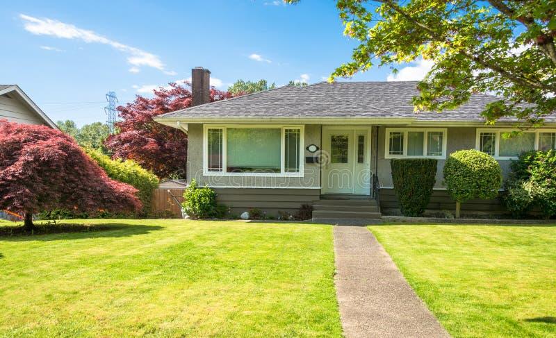 Casa residencial norte-americana média com caminho concreto sobre o jardim da frente imagens de stock