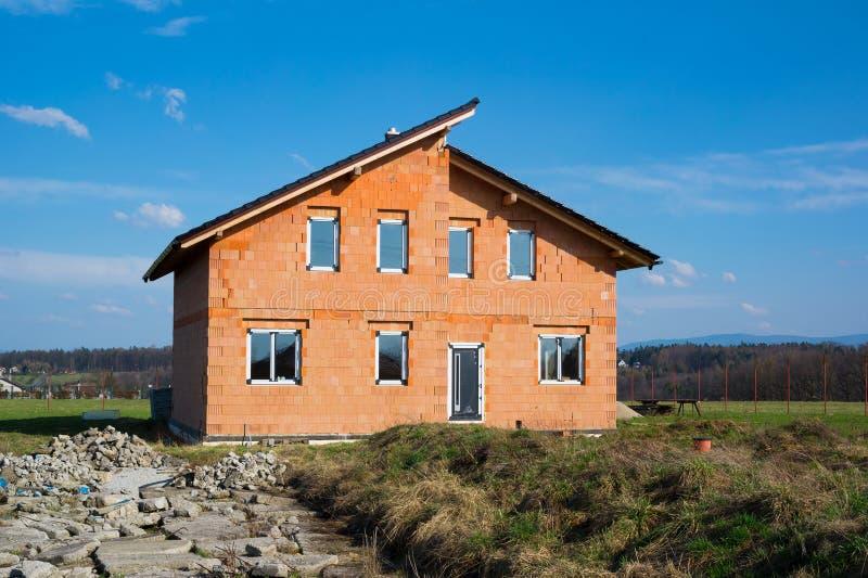 A casa residencial nova da família está sob a construção foto de stock