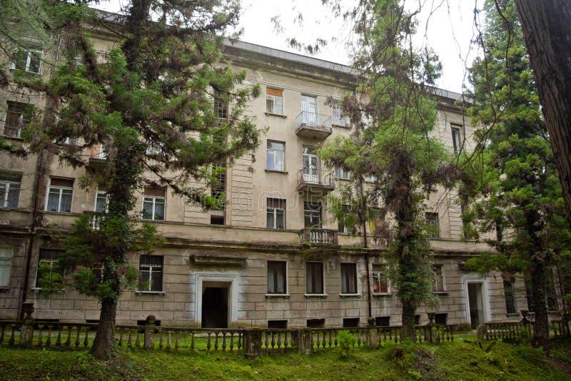 casa residencial Semi-abandonada en la ciudad Tquarchal Tkvarcheli, Abjasia de la explotación minera foto de archivo