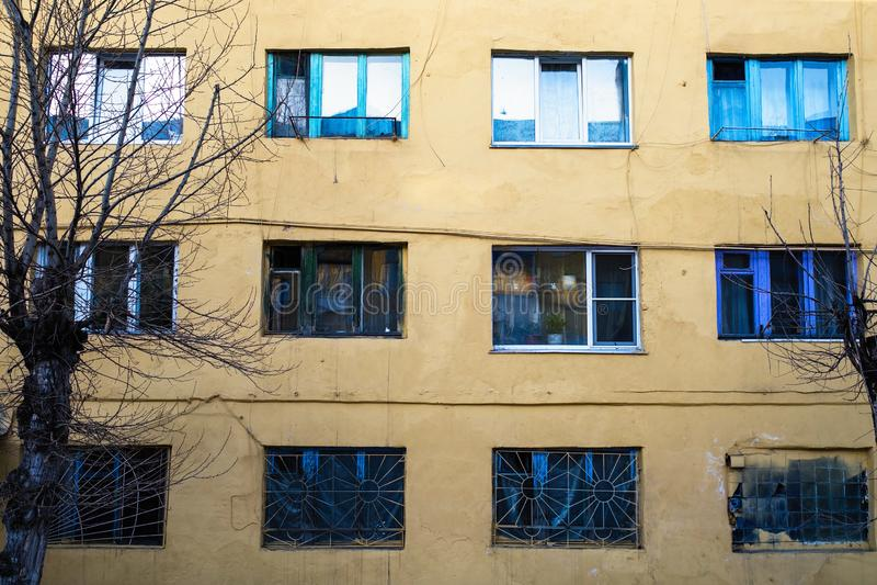 Casa residencial típica na localidade urbana de Sheregesh na montanha Shoria, Sibéria imagens de stock