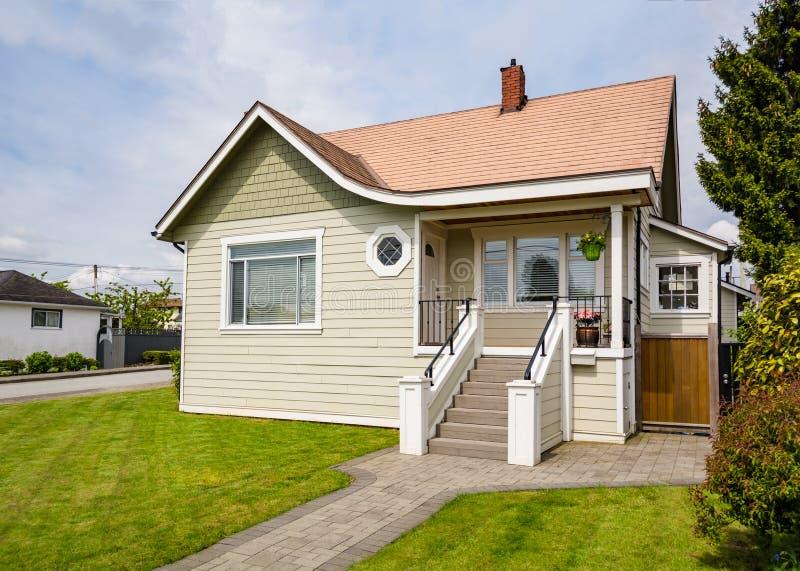 Casa residenziale di lusso recentemente rinnovata da vendere Grande famiglia uff immagine stock