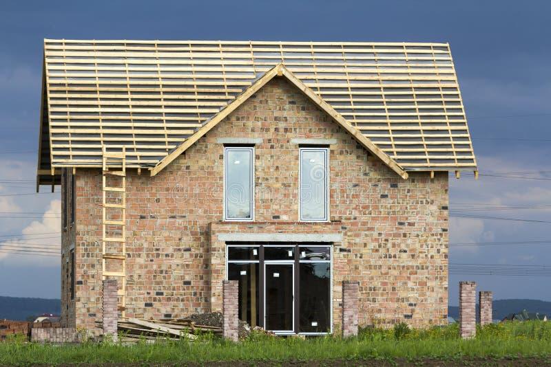 Tetto di legno con due finestre fotografia stock for Stock finestre pvc