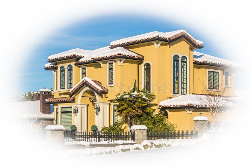 Casa residenziale lussuosa in neve il giorno soleggiato di inverno nel Canada fotografia stock