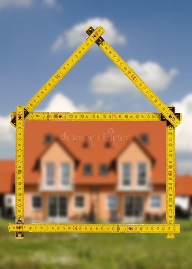 Casa residenziale nella costruzione da vendere immagini stock libere da diritti