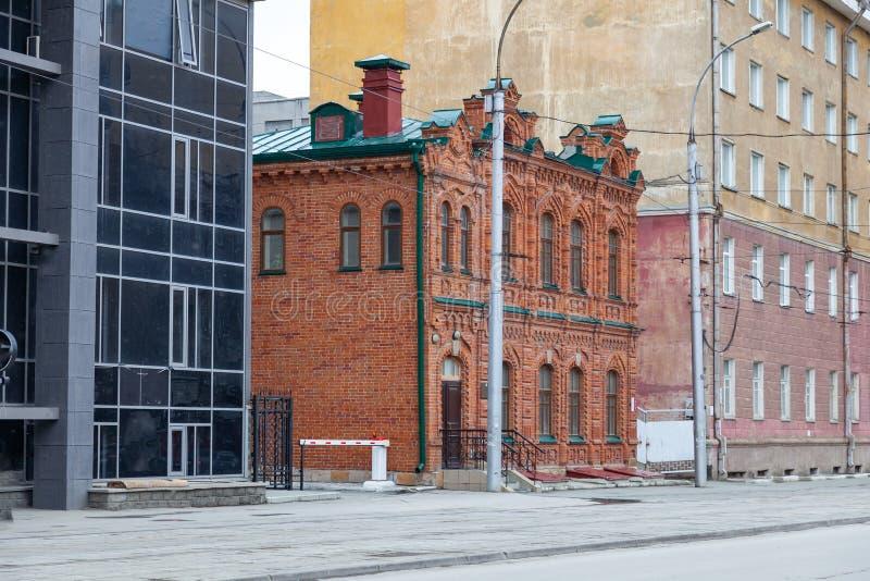 Casa retro antiga velha do tijolo vermelho como um lembrete do passado de construções modernas imagens de stock royalty free