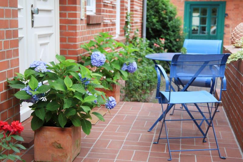 Casa rinnovata di casa di pietra dell'azienda agricola del mattone vecchia in stile country. fotografie stock