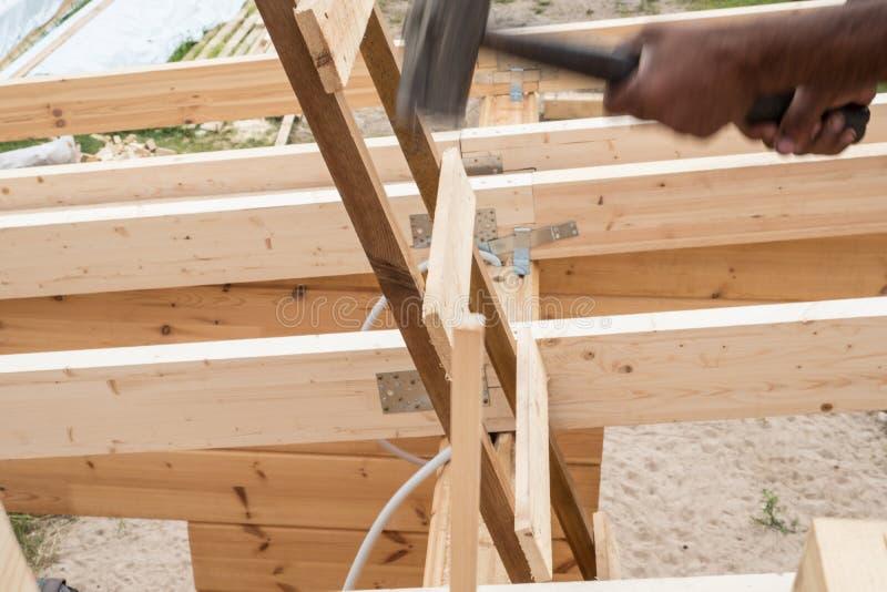 Casa rispettosa dell'ambiente fatta di legno fotografia stock