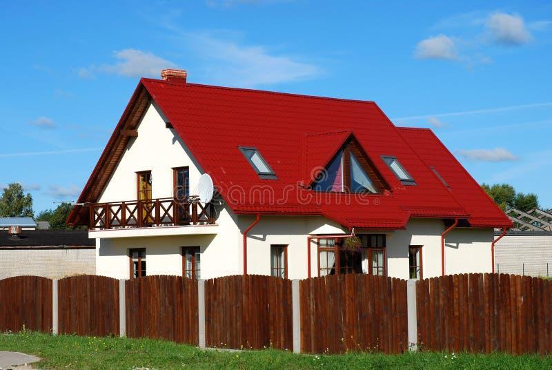 Casa roja del tejado imagen de archivo libre de regalías