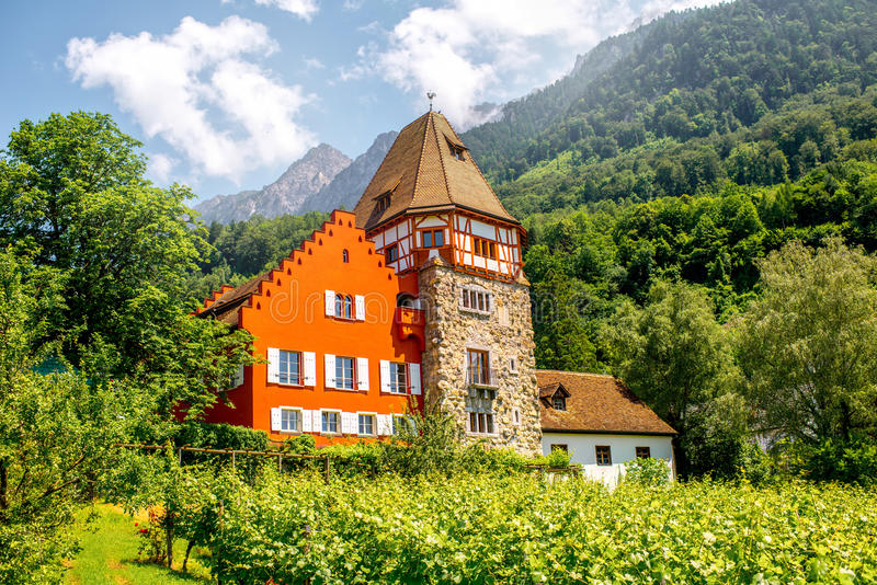 Casa roja en Liechtenstein imagen de archivo libre de regalías