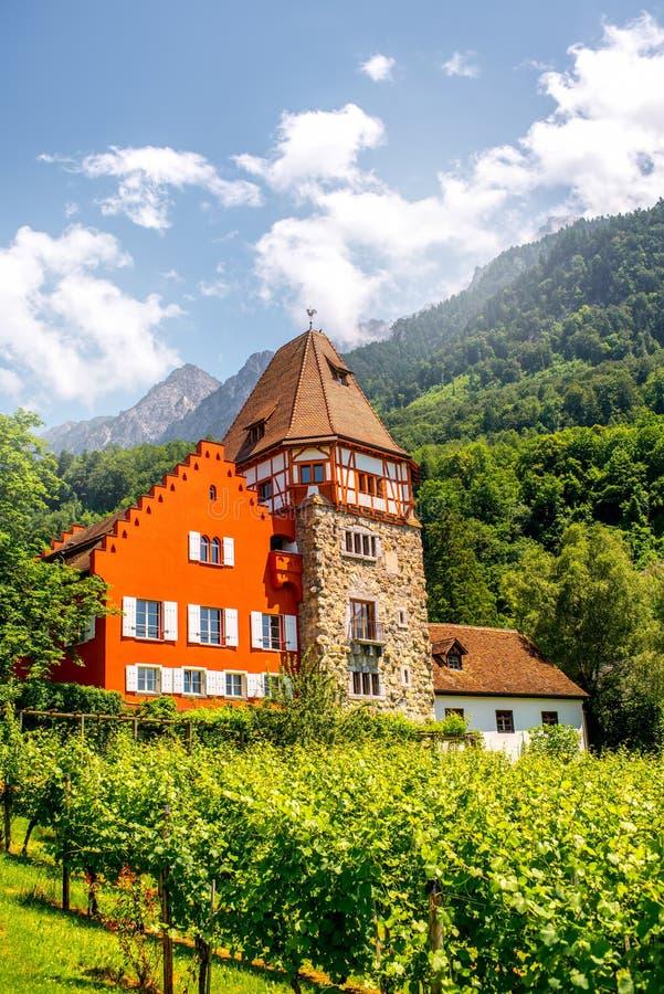 Casa roja en Liechtenstein foto de archivo