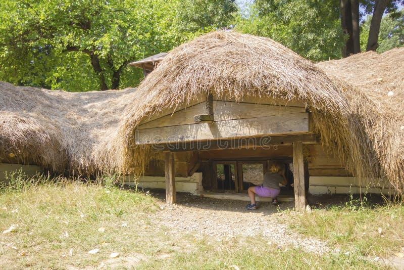Casa romena tradicional subterrânea fotografia de stock