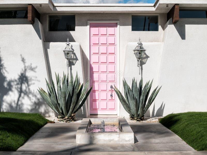 Casa rosada de la puerta imágenes de archivo libres de regalías
