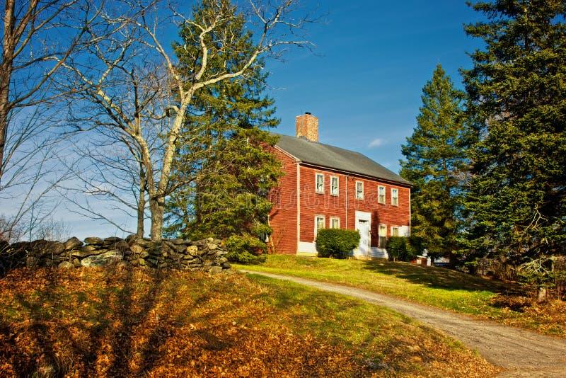 Download Casa rossa immagine stock. Immagine di domestico, erba - 7305403