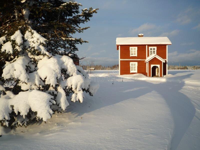 Casa rossa del legname in inverno fotografia stock libera da diritti