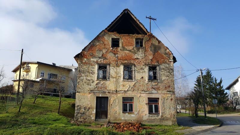 Casa rovinata abbandonata con le finestre rotte ed i mattoni caduti fotografie stock libere da diritti