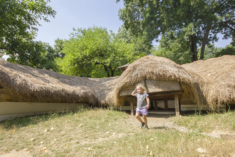 Casa rumena tradizionale sotterranea immagini stock