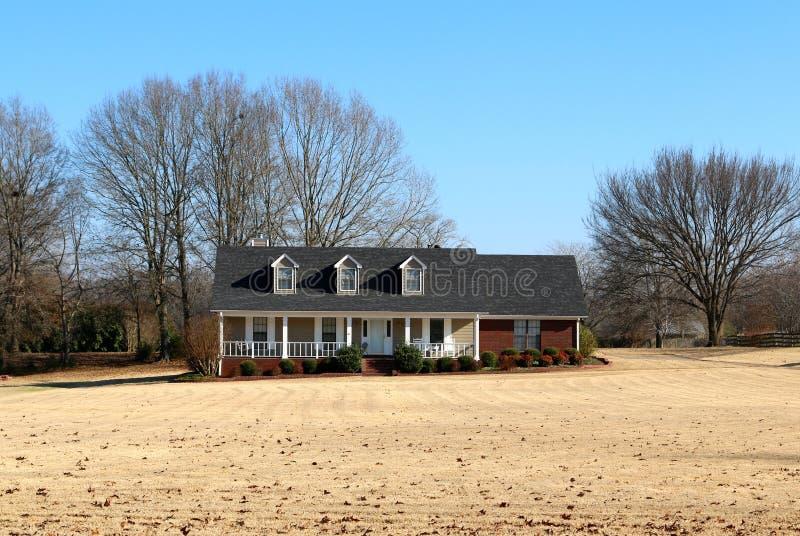 Casa rural bonita no país imagens de stock