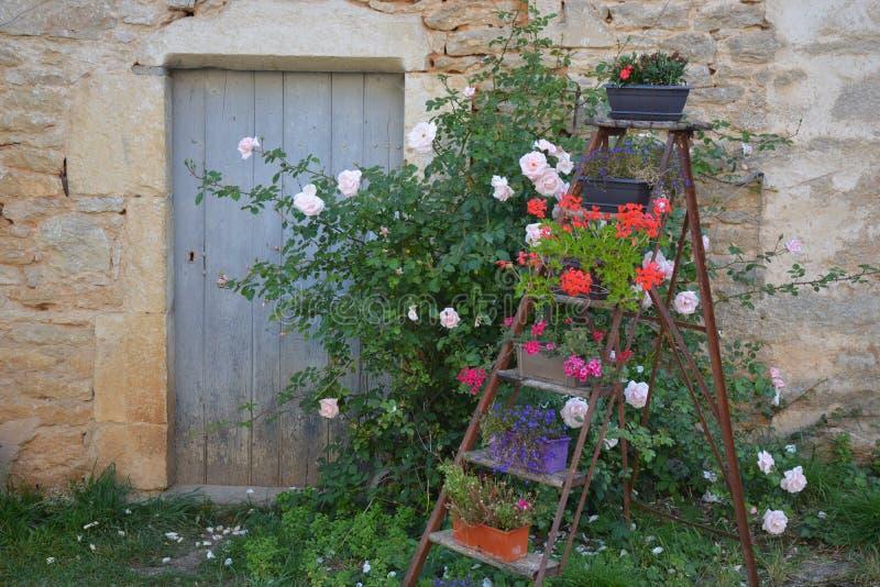 Casa rural com escada da flor imagem de stock royalty free