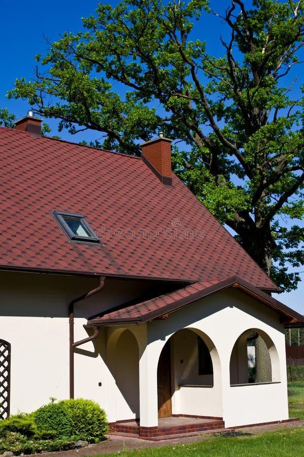 Casa rural com o carvalho no Polônia fotos de stock royalty free