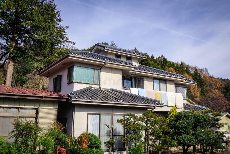 Casa rural con el jardín en Tokio, Japón imagen de archivo