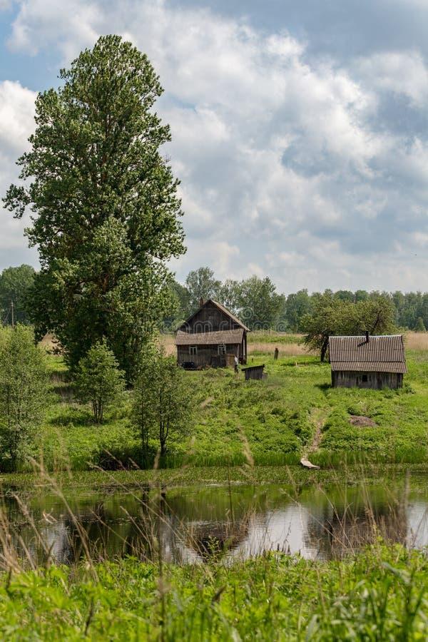 Casa rural de madeira na costa do lago no verão imagens de stock