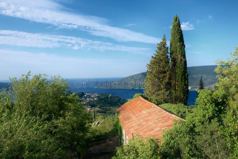 Casa rural nos montes da costa de Herceg Novi, Montenegro fotos de stock royalty free