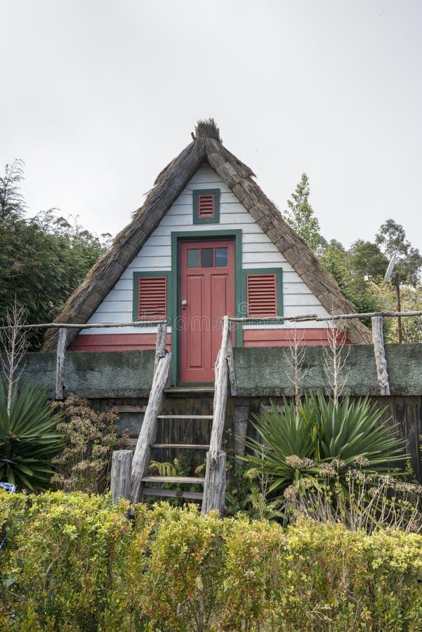 Casa rural tradicional em Santana Madeira imagens de stock